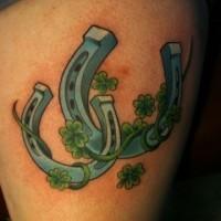 due ferro di cavalo e quadrifoglio per fortuna tatuaggio