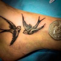 bellissime due rondine volanti tatuaggio su caviglia