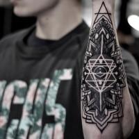 Tatuaggio tipico dell'ornamento floreale in stile blackwork combinato con linee magiche