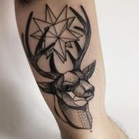 Estilo típico de blackwork pintado por Michele Zingales Tatuaje de bíceps de cabeza de venado con estrella