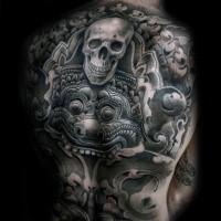 Typischer grauer getünchter  menschlicher Schädel Tattoo am ganzen Rücken mit aztekischer Tablette