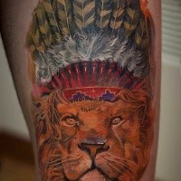 Typisches mehrfarbiges Oberschenkel Tattoo von Löwen mit indianischem Helm