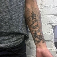 Typischer neue Schule Stil schwarzweißer Leuchtturm mit Wellen Tattoo am Unterarm