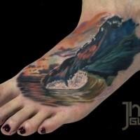 Typisch schön gezeichnete und farbige Tattoo am Bein mit großer Welle