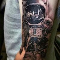 eccezionale nero e bianco dettagliato astronauta su luna tatuaggio su braccio