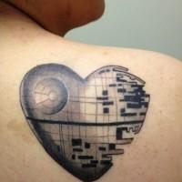 Tatuaje en el hombro, corazón metálico único