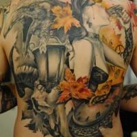Tatuaje en la espalda, diseño combinado de mujer con arma cuervo reloj y hojas