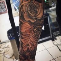 Tatuaje en el antebrazo, rosa con diamante y corona, diseño precioso