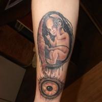 Tatuaje en el antebrazo, el embrión con auriculares, idea divertida