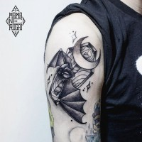 insolito combinazione piccolo inchiostro nero pipistrello con bara e luna tatuaggio su braccio