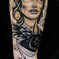 giorno insolito della ragazza morta con corvo nero e seratura tatuaggio sul braccio