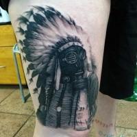 Ungewöhnliches Design Realismusart Indianer in der Gasmaske Tattoo am Oberschenkel
