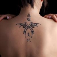 piccola farfalla parte superiore di schiena tatuaggio per donna