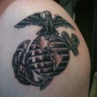 Tatuaggio carino sul deltoide il disegno in stile americano