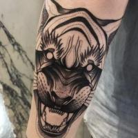 Solito stile blackwork dipinto da Michele Zingales tatuaggio dell'avambraccio della tigre demoniaca