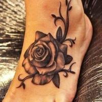 solito disegno piccolo nero e bianco rosa dettagliato tatuaggio su piede