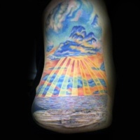 eccezionale dipinto colorato oceano con sole tatuaggio