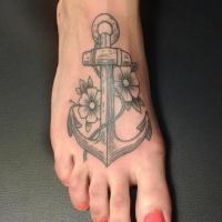 ancoraggio tradizionale davvero femminile con fiori tatuaggio su piedi