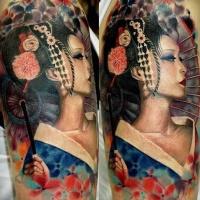 molto realistico stupenda colorata geisha asiatica tatuaggio su spalla