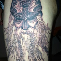 vichingo con una barba tatuaggio sul braccio