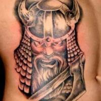 vichingo con ascia tatuaggio sulle costolette