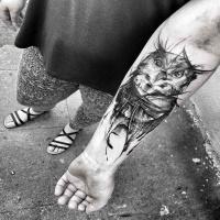 Schizzo del tatuaggio gufo vintage dipinto da Inez Janiak in stile blackwork sull'avambraccio