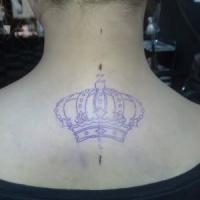 corona viola sulla schiena tatuaggio per ragazza