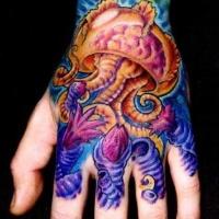 Farbintensives Qualle Tattoo an der Hand