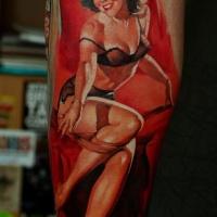Tatuaje en el antebrazo, mujer atractiva en ropa interior