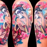 Tatuaje en el brazo, geisha entre flores