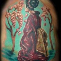 Tatuaje en el brazo, geisha linda  en jardín