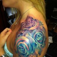Tatuaggio colorato sul deltoide le rose