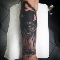 Aquarell Stil schwarzes natürlich aussehendes menschliches Auge Tattoo am Unterarm