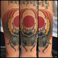 Tatuaje en el antebrazo, escarabajo con alas y sol, estilo egipcio