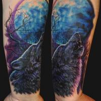 Tatuaggio colorato sul braccio il lupo che ulula alla luna
