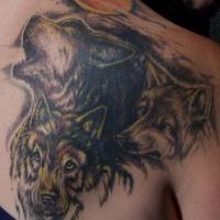 Tatuaggio colorato sulla spalla i lupi