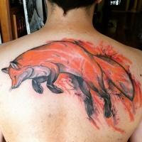 Tatuaje en la espalda alta,  zorro pelirrojo en un salto