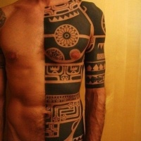 bellissimo inchiostro nero maori tatuaggio a mezza bodi