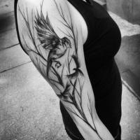 Tatuaje de pájaros con árbol en el hombro