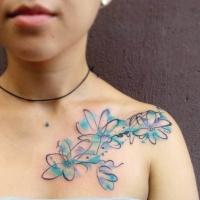 Tatuaje en el hombro, flores abstractas de acuarelas