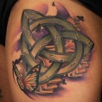 bellissimo simbolo celtico trinita con farfalla tatuaggio