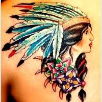 Tatuaje en la espalda, mujer india linda con plumas abigarradas y flores de varios colores