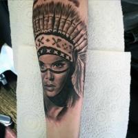 Tatuaje en el antebrazo, retrato realista de mujer india  severa