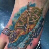 bellissima tartaruga marina galleggia tatuaggio sul piede