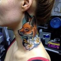 Tatuaje en el cuello, zorro pequeño adorable con flores