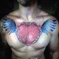 Tatuaje en el pecho,  corazón romántico único con alas azules