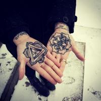 bellissimo dipinto nero e bianco fiori ornamento tatuaggio su due mani