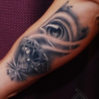 Tatuaje en el brazo, ojo con diamante precioso, colores negro y blanco