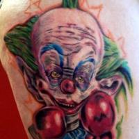 particolare dipinto multicolore cattivo pagliaccio pugile tatuaggio su coscia