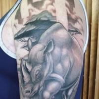 tatuaggio di rinoceronte in piedi su erba